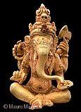 Elefantengott Ganesha Java, 7. bis 15. Jahrhundert n. Chr.  Ganesha ist der Sohn Shivas. In seinen vier Händen  hält er einen abgebrochenen Stoßzahn,