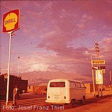 An einer Tankstelle südlich von El Golea, Algerien Nordafrika, Foto Josef Franz Thiel, 1966