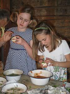 Kinder basteln an Ostern.
